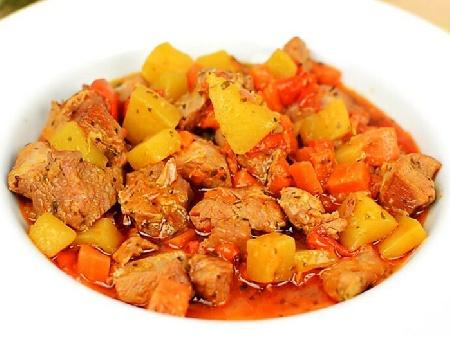 Яхния с агнешко месо, консервиран грах, картофи, моркови, лук, домати, чесън и подправки в тава на фурна - снимка на рецептата